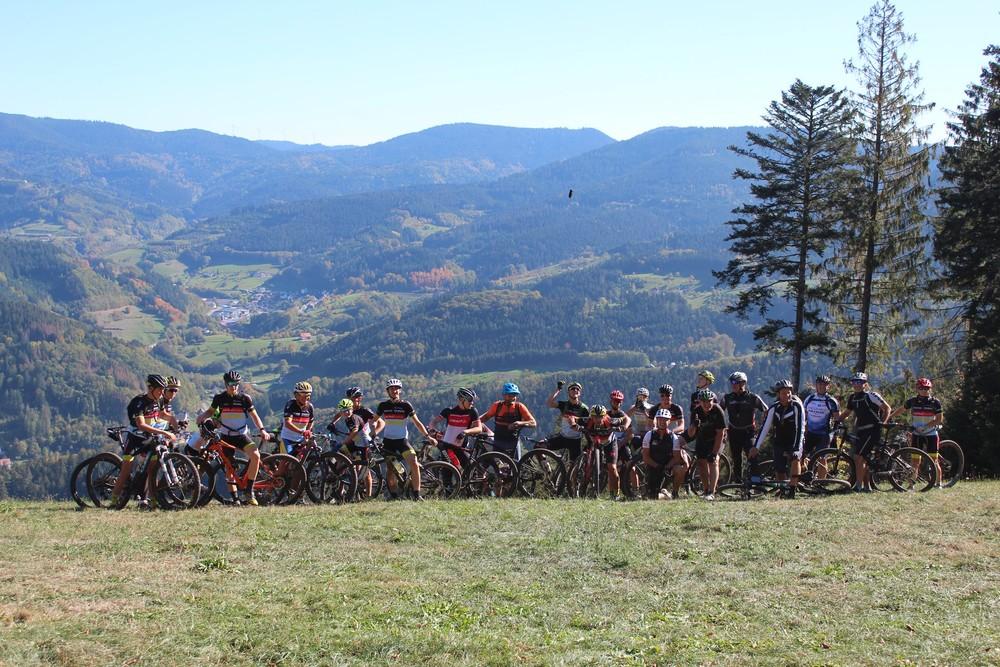 Mountainbiker mit Schwarzwald-Panorama