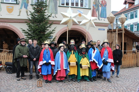 Dreikönigssänger vor der Großkrippe am Rathaus
