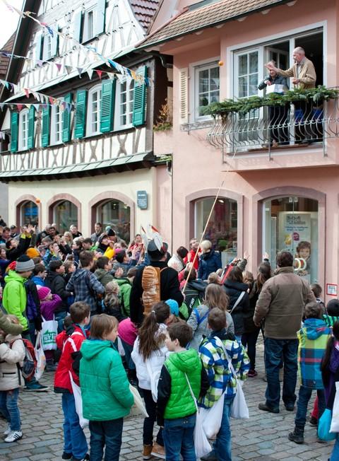 Bürger werfen Süßigkeiten, Orangen und Brezeln vom Balkon
