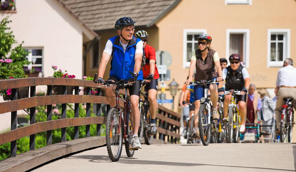 Radler auf dem Kinzigtalradweg in Wolfach im Schwarzwald