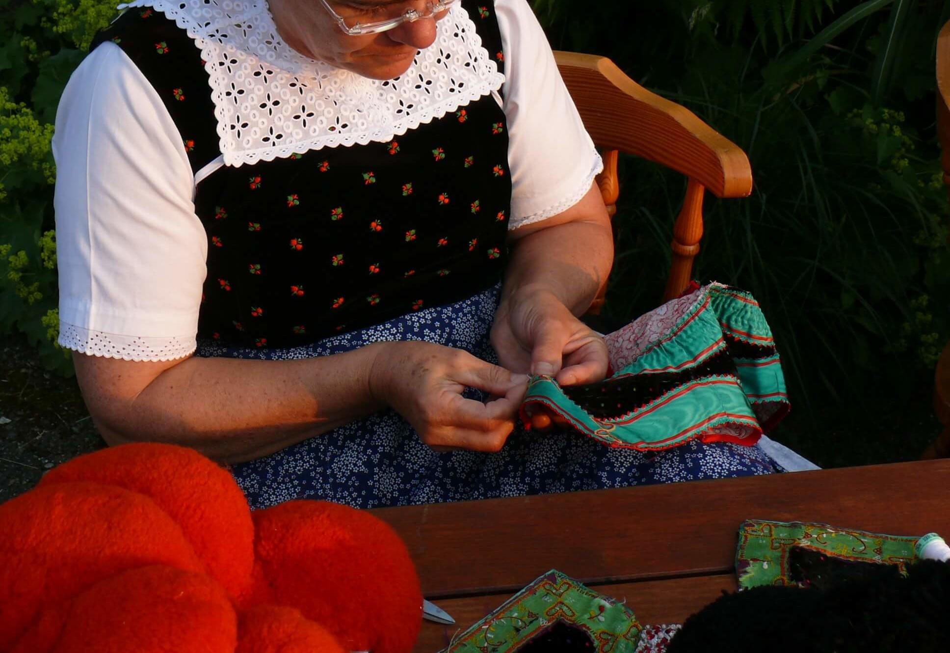 Zur Bollenhuttracht gehört auch das Goller, der farbige, bestickte Halskragen. Die letzte Trachtennäherin von Kirnbach bei Wolfach stellt diese kleinen Kostbarkeiten in Handarbeit her.