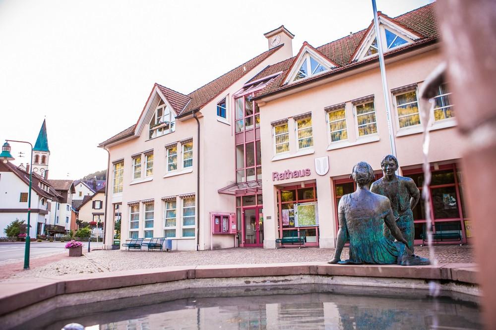 """Rathaus Lauterbach mit Rathausbrunnen im Vordergrund und den beiden Bronzefiguren """"Bub und Mädel"""""""