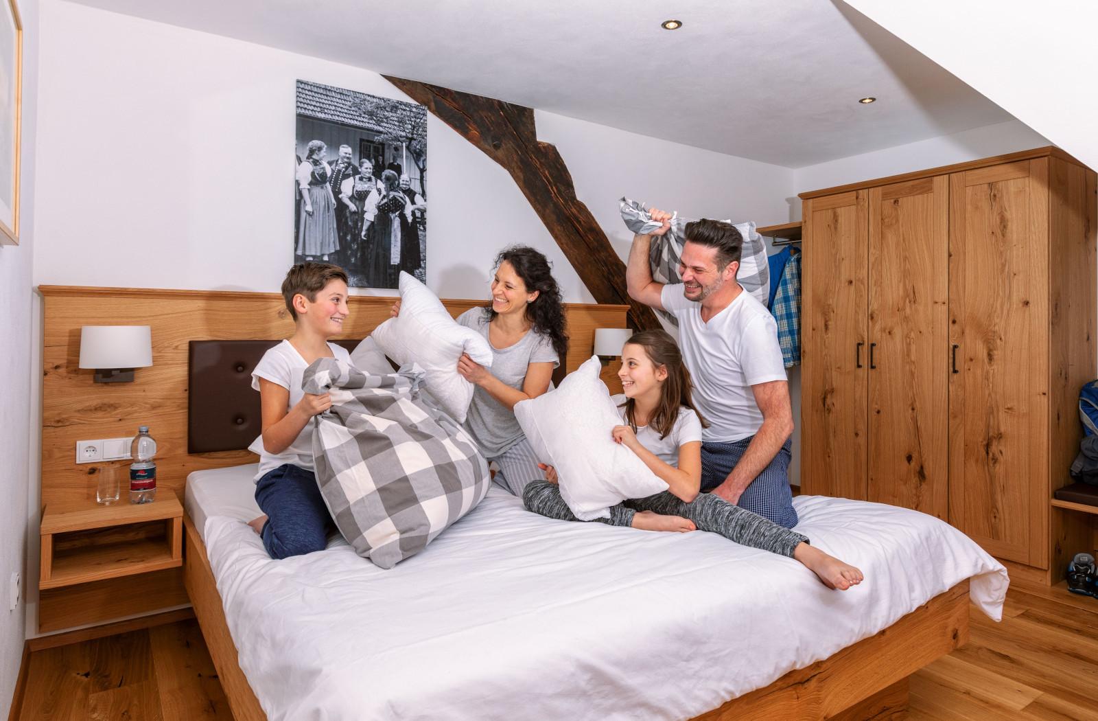 Familie macht Kissenschlacht, Eulersbacher Hof Schiltach, 2019