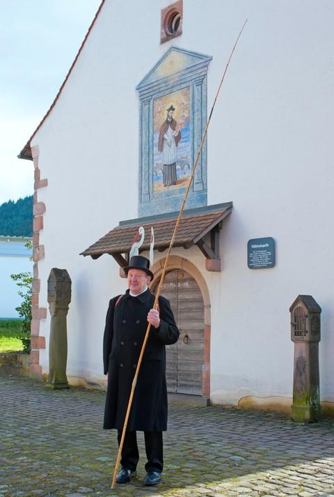 Storchenvater Alois Krafzyk vor der Mühlenkapelle, wo der Storchentag um 12.00 Uhr mit einem Gebet beginnt.