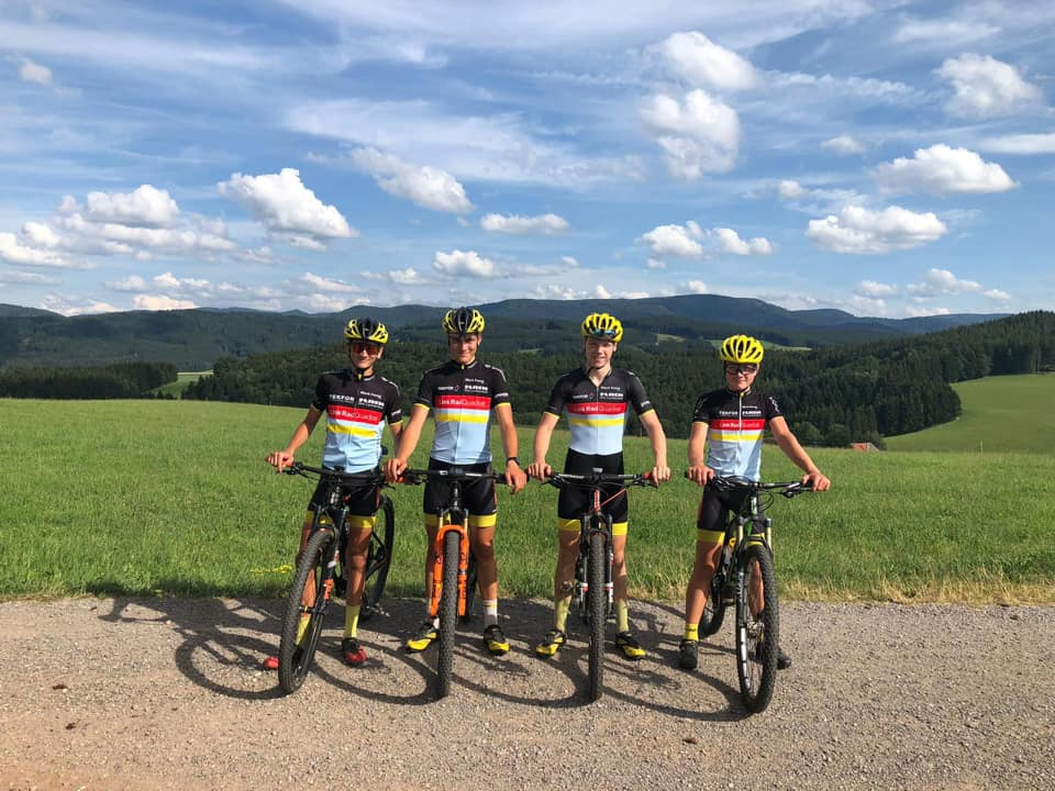 Gruppe von Mountainbikern mit Schwarzwaldkulisse