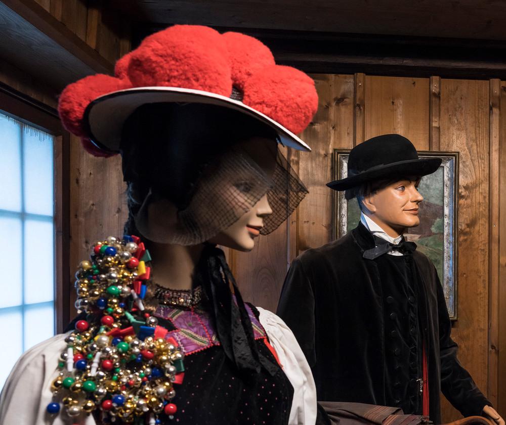 Großvitrine im Schwarzwälder Trachtenmuseum mit Gutacher Tracht