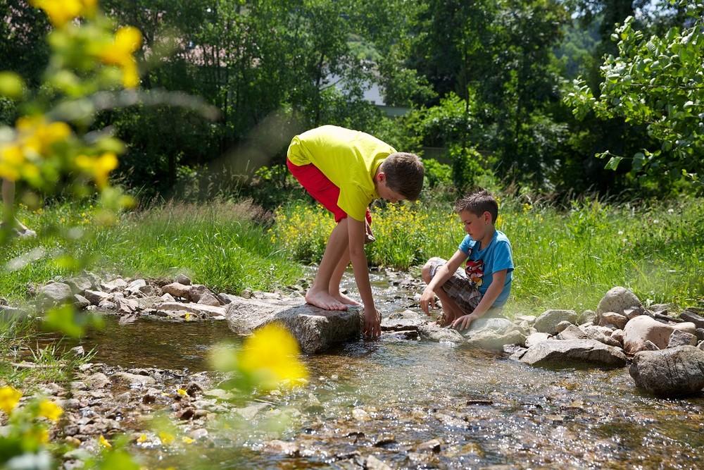 Sommer, Sonne, Wasser - was gibt es Schöneres für Kinder? Am Flößerpfad Kinzigtal können sie nach Herzenslust spielen und entdecken.