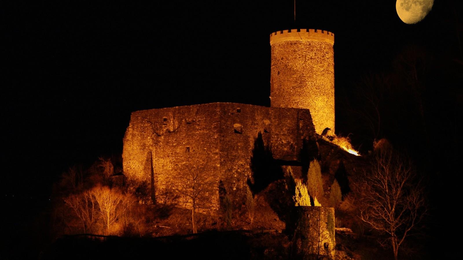 nächtliche Ansicht der Burg Husen in Hausach