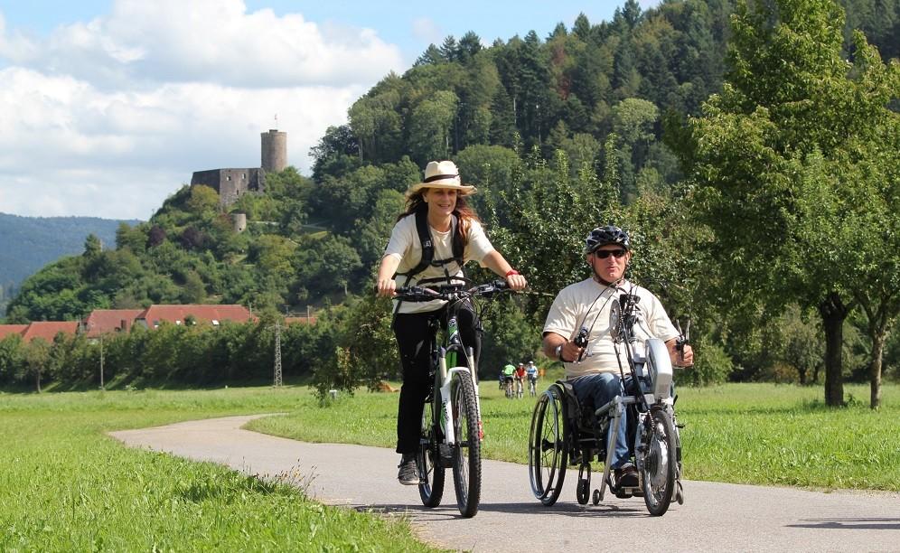Rollstuhlfahrer auf Kinzigtal Radweg