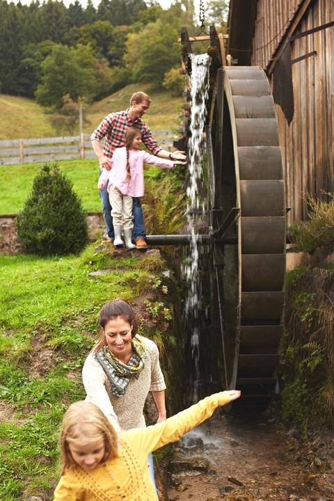 Familie am Wasserrad