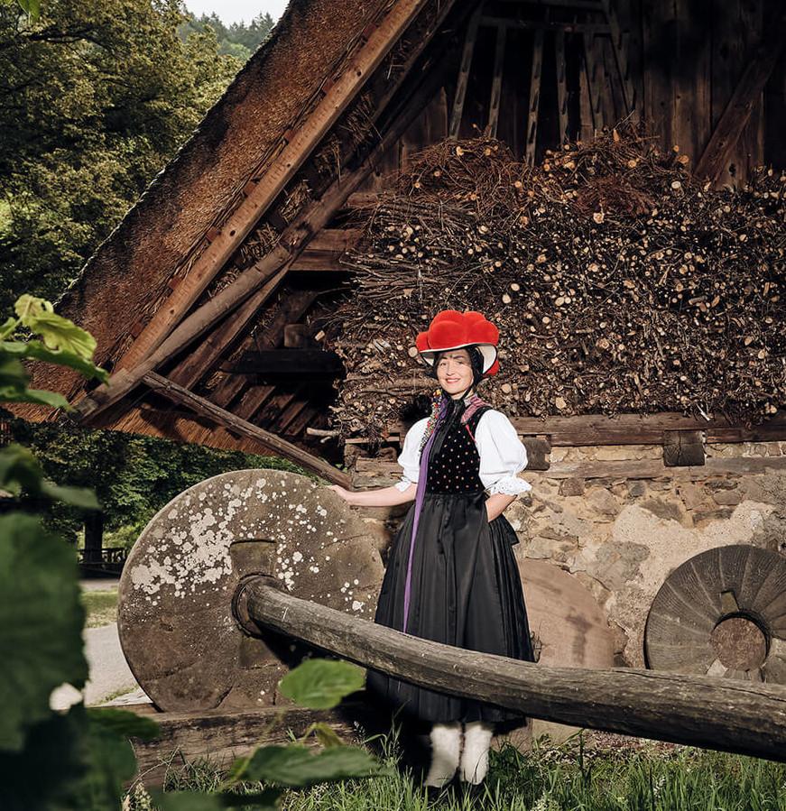 Trachtenmädel vor einem Schwarzwaldhof