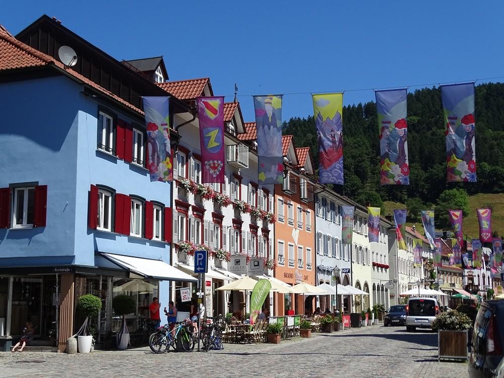 Mediterranes Flair in der Hauptstraße von Wolfach im Kinzigtal, Schwarzwald