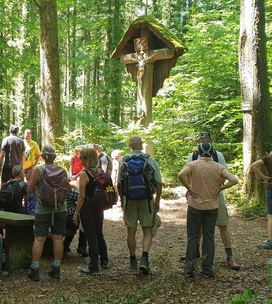 Wanderer am Weißen Kreuz bei Wolfach im Kinzigtal, Schwarzwald