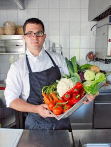 Koch mit regionalen Produkten aus dem Kinzigtal