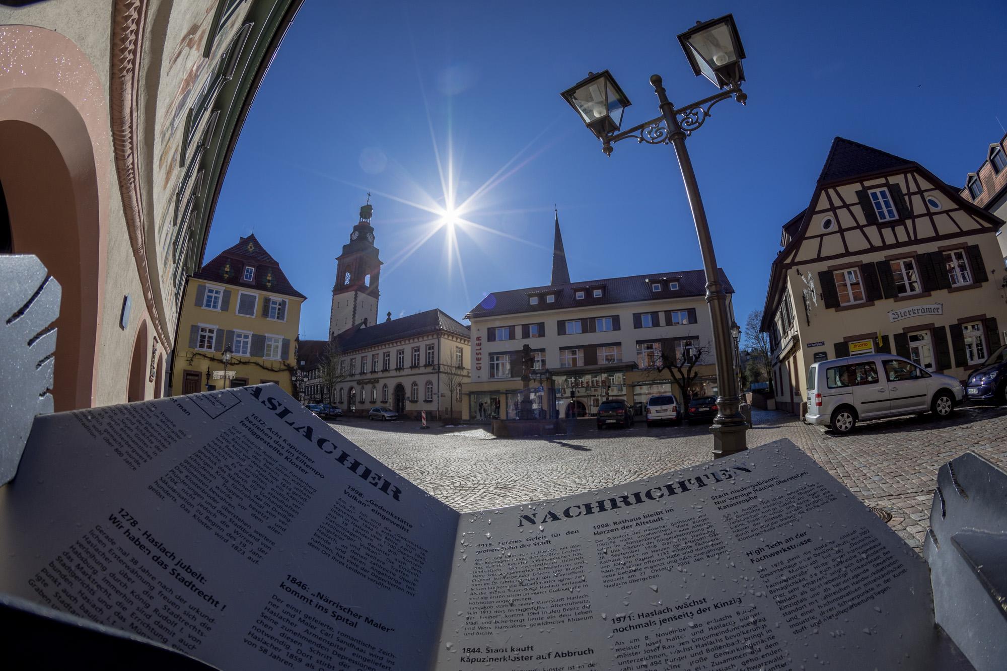 Zeitungsleser am Marktplatz