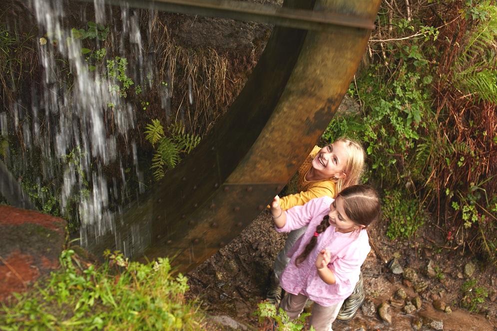 Kinder am Wasserrad