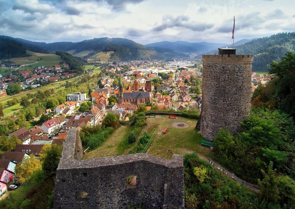 Blick auf Bergfried und Palasmauer Richtung Osten